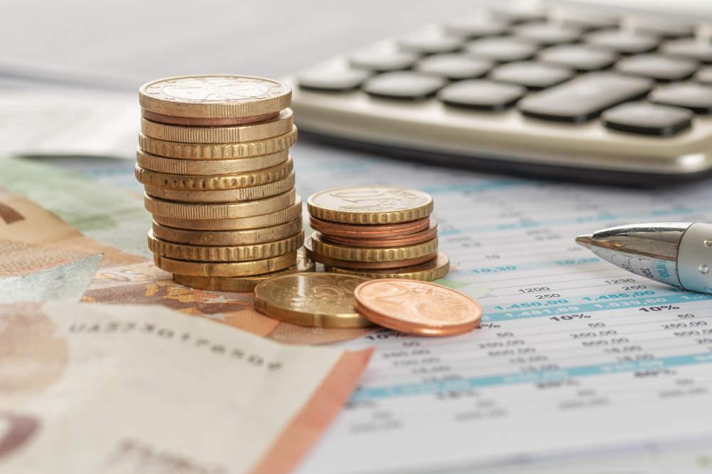 Kontoauszüge, Taschenrechner und Geld auf Scheibtisch - bildlich für Bankrecht