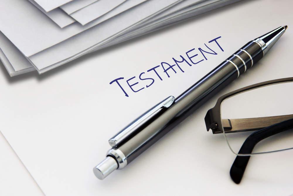 Papierbogen mit Überschrift Testament und Kugelschreiber - bildlich für Erbrecht