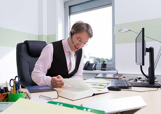 Rechtsanwalt Kahnau am Schreibtisch bei telefonischer Beratung
